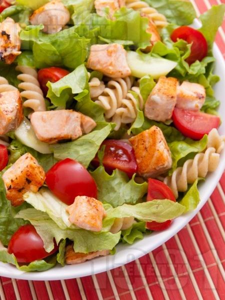 Зелена салата с пълнозърнеста паста фузили, филе от сьомга и чери домати - снимка на рецептата